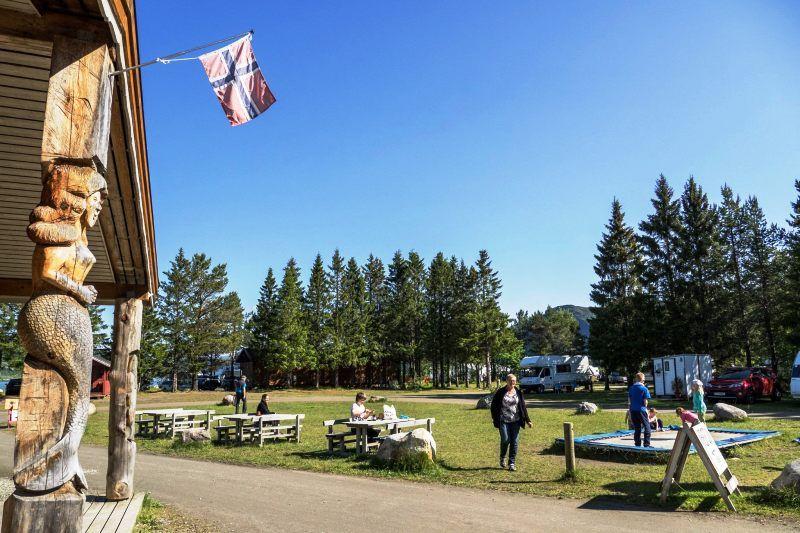 Rognan Fjordcamp receptie en speelplaats